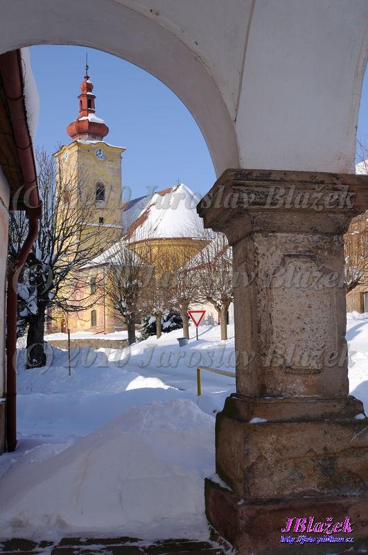 Kostel z podloubí